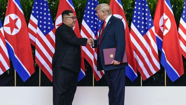 """Przywódca Korei Północnej Kim Dzong Un i prezydent USA Donald Trump po podpisaniu końcowego dokumentu szczytu """"USA-Korea Północna"""" - Sputnik Polska"""