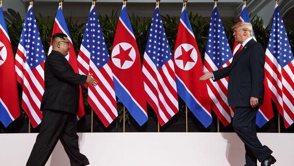 Donald Trump i Kim Dzong Un podczas spotkania w Singapurze - Sputnik Polska