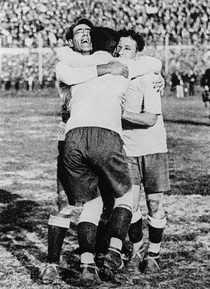 Urugwajczycy świętują zwycięstwo z Argentyną w finale Mistrzostw Świata w Piłce Nożnej, 1930 rok
