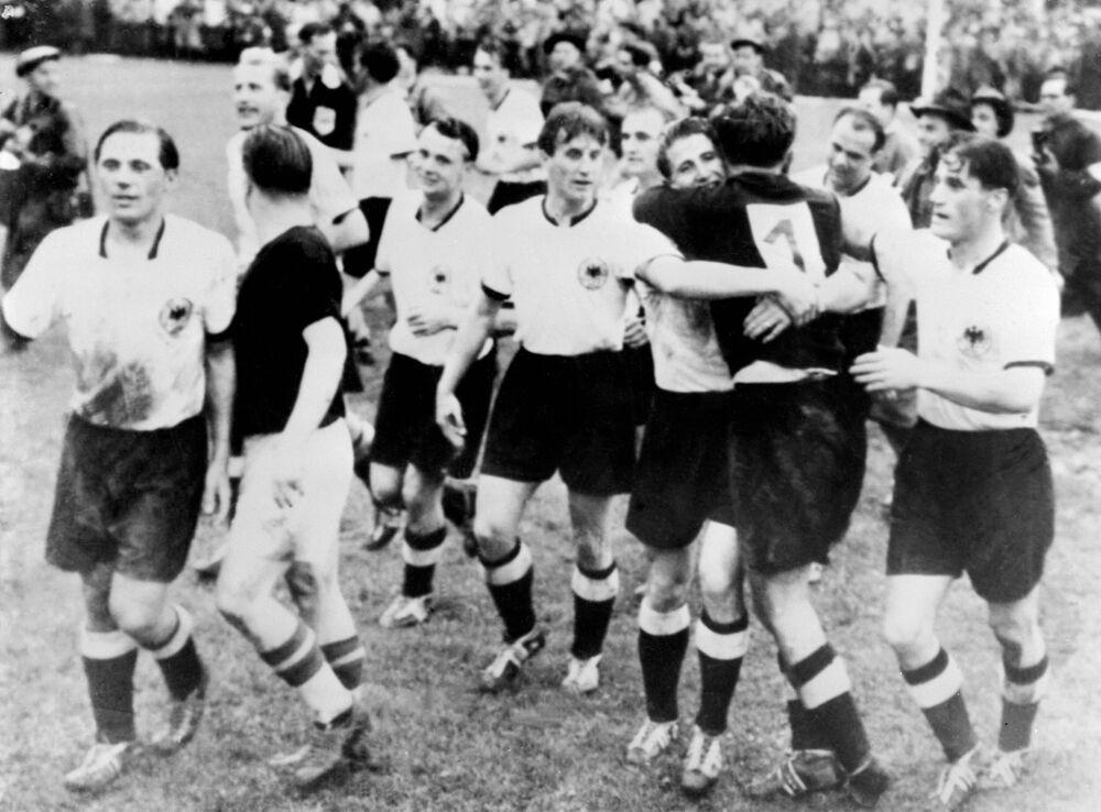 Piłkarze niemieckiej drużyny świętują zwycięstwo w meczu z Węgrami w finale Mistrzostw Świata w Piłce nożnej, 1954 rok