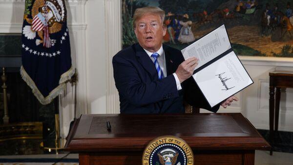 Prezydent USA Donald Trump w czasie podpisywania memorandum w sprawie irańskiego porozumienia nuklearnego - Sputnik Polska