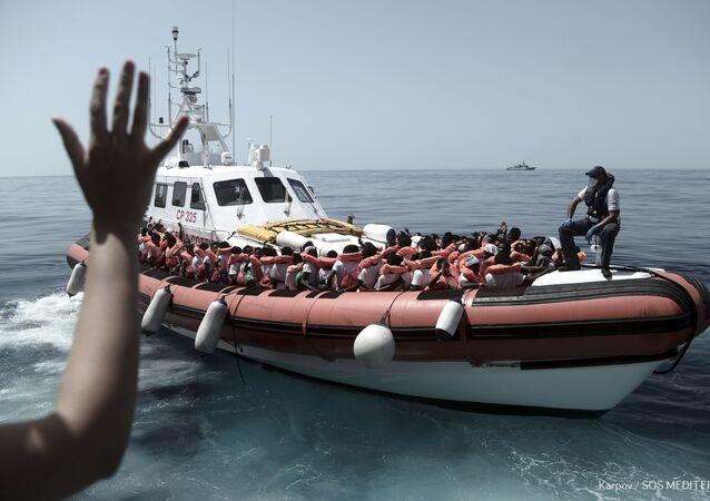 Migranci uratowani przez straż przybrzeżną na pokładzie Aquariusa na Morzu Śródziemnym