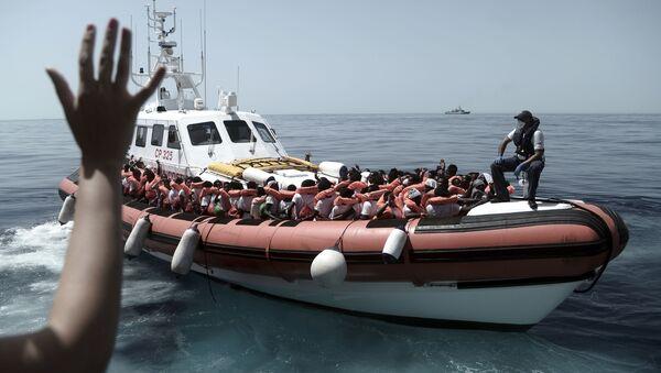 Migranci uratowani przez straż przybrzeżną na pokładzie Aquariusa na Morzu Śródziemnym - Sputnik Polska