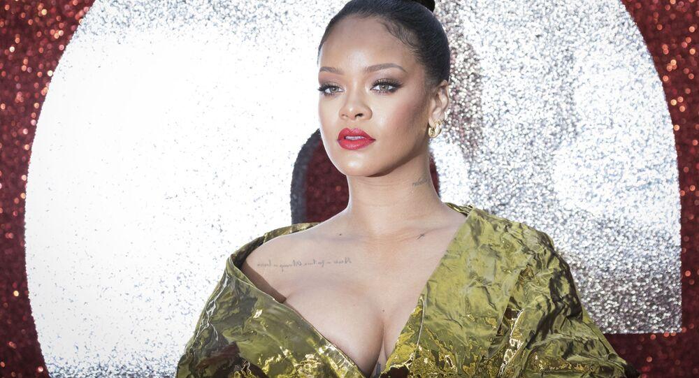 """Piosenkarka Rihanna pozuje na premierze filmu """"Ocean's 8"""" w Londynie"""