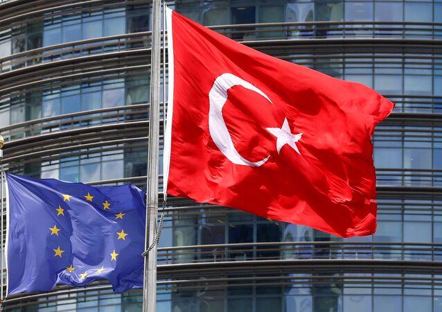 Flagi Turcji i Unii Europejskiej w Stambule