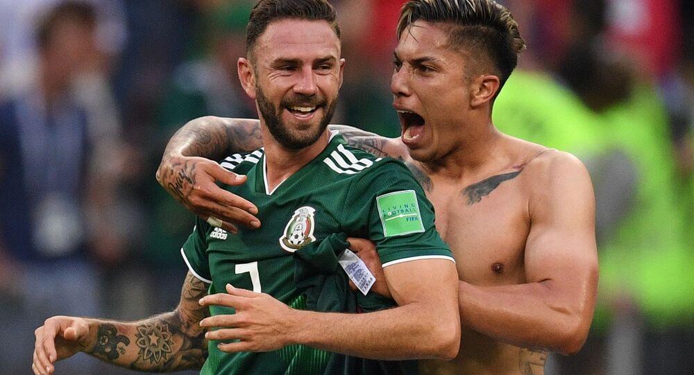 Miguel Layun i Carlos Salcedo cieszą się ze zwycięstwa w meczu grupowego etapu mistrzostw świata w piłce nożnej między reprezentacjami Niemiec i Meksyku