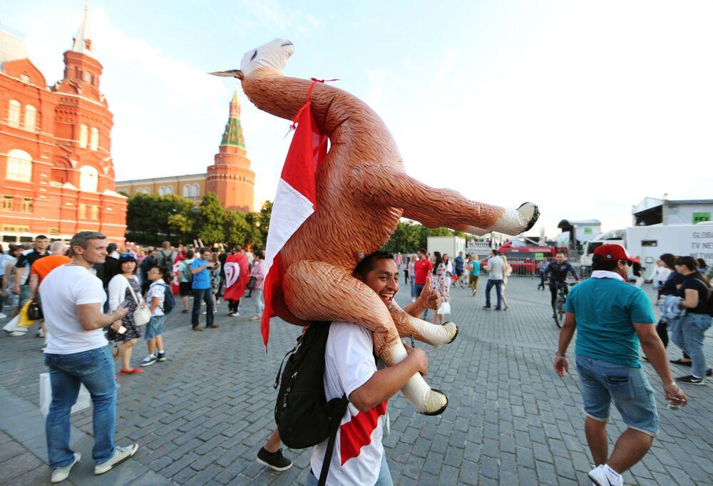 Kibice na Placu Czerwonym w Moskwie