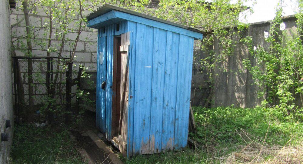 Drewniany wychodek, który trafił pod młotek na Białorusi