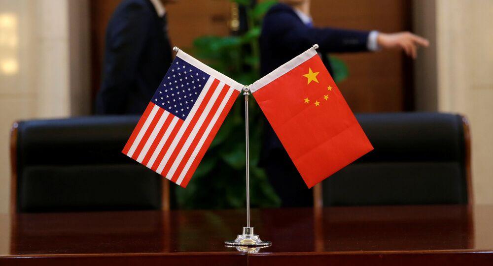 Chińska i amerykańska flagi