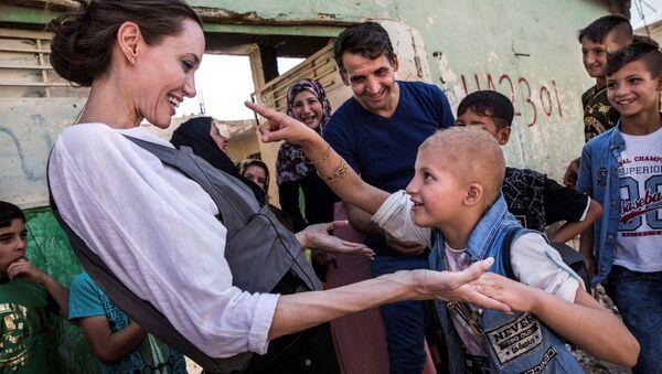 Aktorka i ambasador dobrej woli ONZ Angelina Jolie i 8-letni Falak, Irak 2018 r. - Sputnik Polska