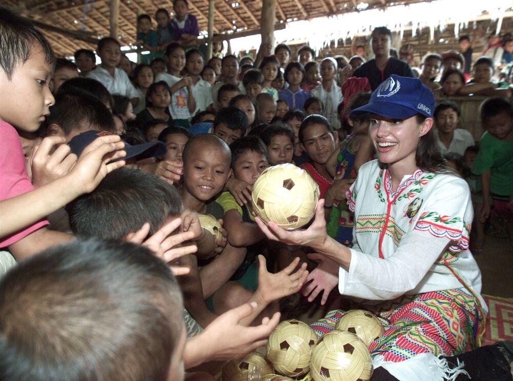 Angelina Jolie w obozie dla uchodźców Tham Hin w Mjanmie, 2002 r.