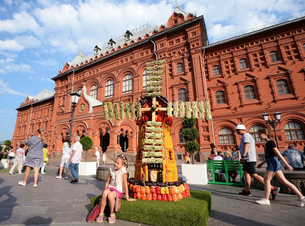 Instalacja w kształcie młyna z warzyw podczas święta Lato moskiewskie. Festiwal konfitury
