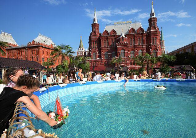 Mieszkańcy Moskwy przy basenie podczas festiwalu Lato moskiewskie. Festiwal konfitury