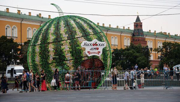 Instalacja w kształcie arbuza na Placu Czerwonym w Moskwie podczas festiwalu Lato moskiewskie. Festiwal konfitury - Sputnik Polska