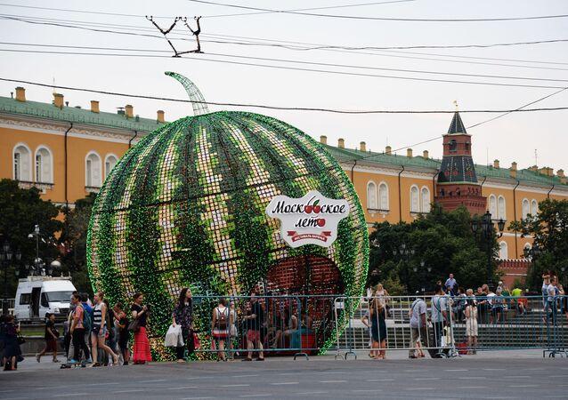 Instalacja w kształcie arbuza na Placu Czerwonym w Moskwie podczas festiwalu Lato moskiewskie. Festiwal konfitury