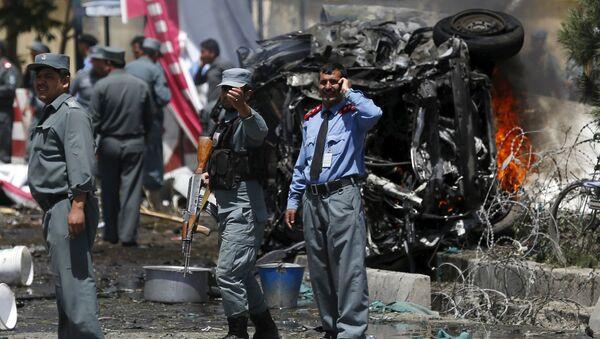Policjanci na miejscu wybuchu samochodu niedaleko lotniska. Kabul, Afganistan - Sputnik Polska