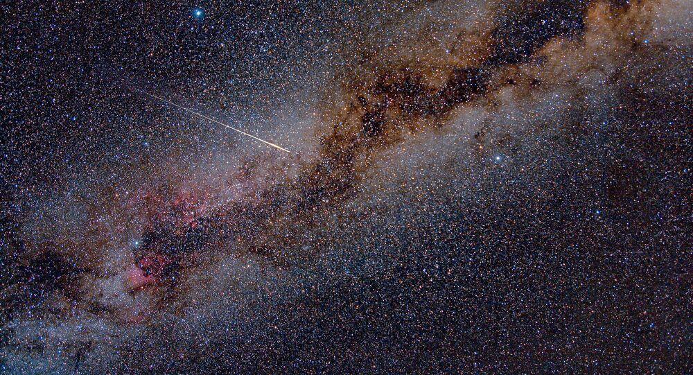 Meteoryt przecina Drogę Mleczną