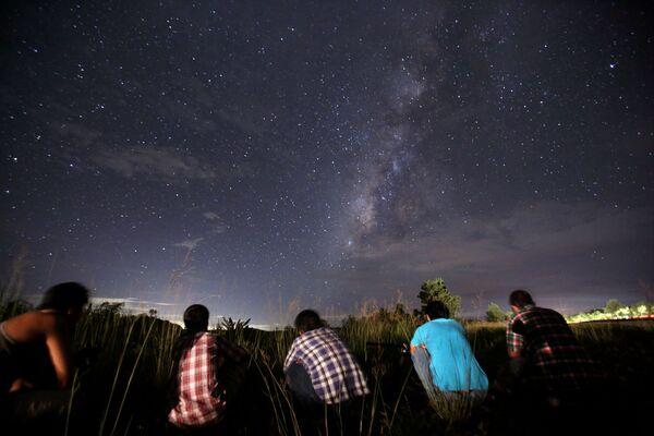 Ludzie obserwują rój meteoryów Perseidy nad Rangunem - Sputnik Polska
