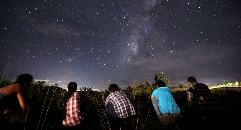 Ludzie obserwują rój meteorytów Perseidy nad Rangunem