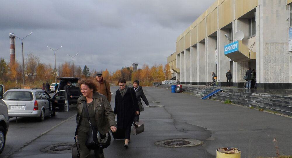 Leonid Swiridow i Zofia Bąbczyńska-Jelonek na lotnisku w Apatytach