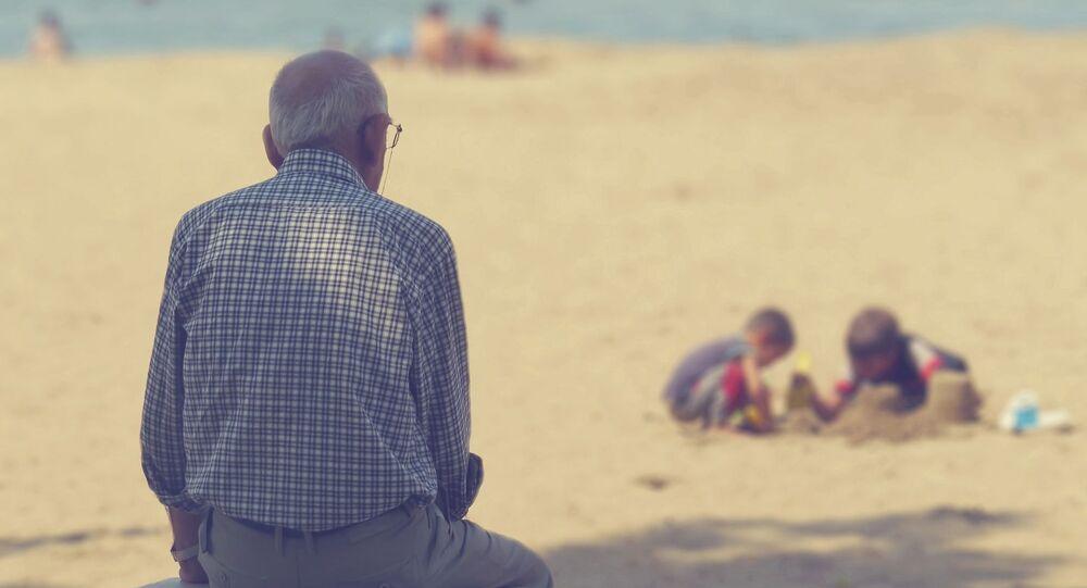 Starszy mężczyzna na plaży