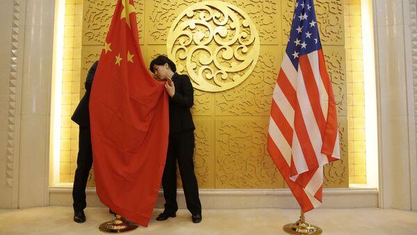 Flagi Chin i USA przed spotkaniem ministrów transportu tych krajów w Pekinie, Chiny - Sputnik Polska