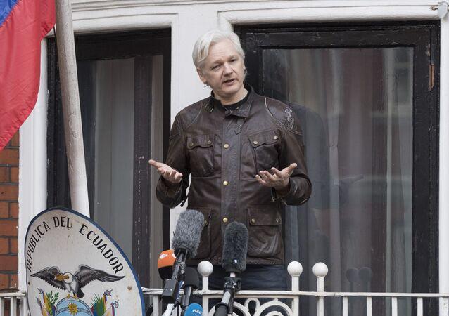 Współzałożyciel WikiLeaks Julian Assange na balkonie budynku Ambasady Ekwadoru w Londynie