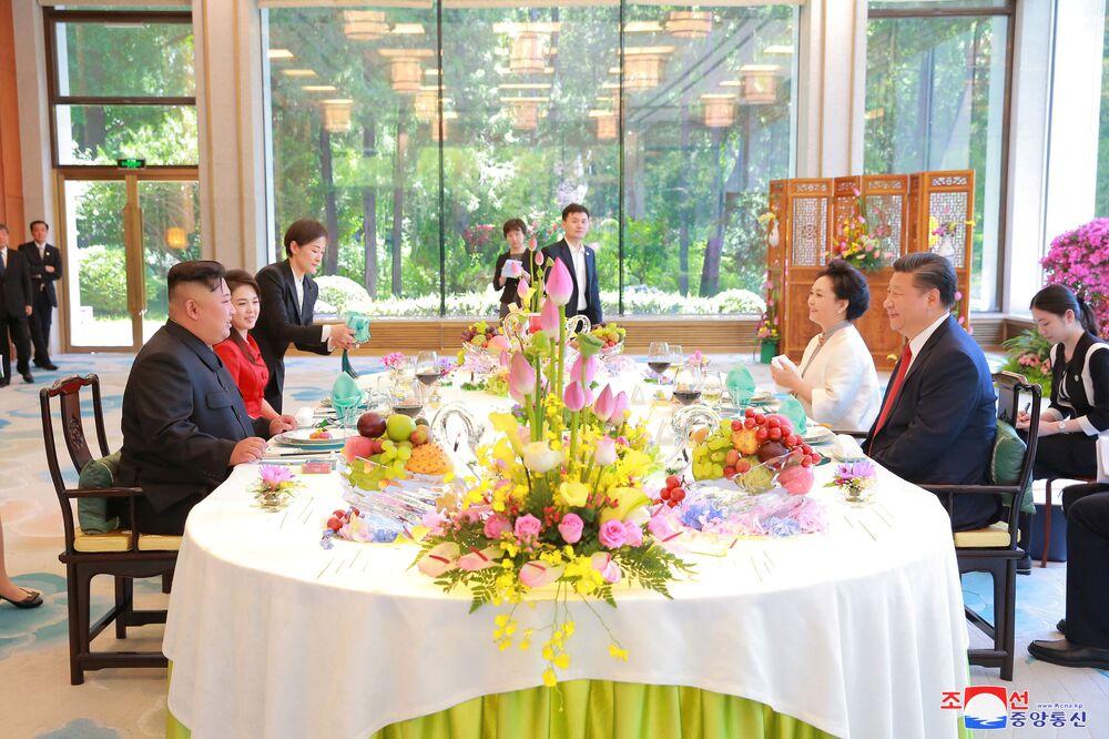 Kim Dzong Un i Xi Jinping z żonami na wspólnej kolacji w Pekinie