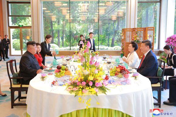 Kim Dzong Un i Xi Jinping z żonami na wspólnej kolacji w Pekinie - Sputnik Polska
