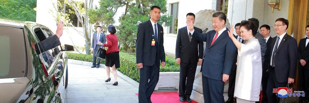 Prezydent Chin Xi Jinping żegna się z Kim Dzong Unem