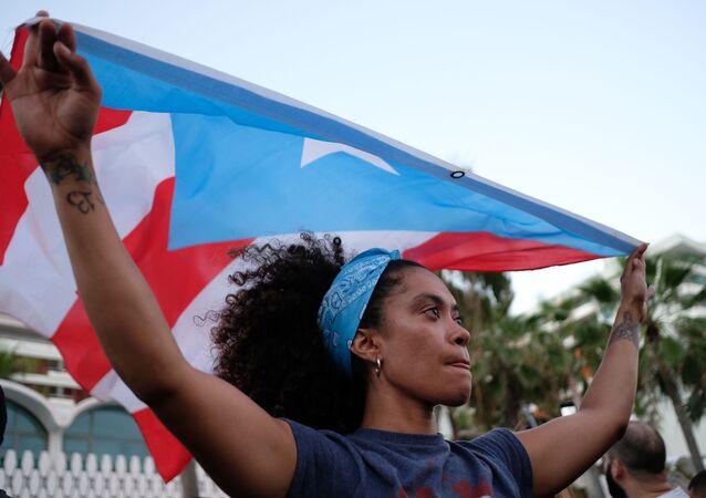 Dziewczyna z flagą Puerto Rico w mieście San Juan
