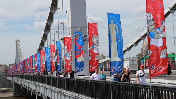 Flagi z symbolami mistrzostw świata w piłce nożnej 2018 na Moście Krymskim w Moskwie - Sputnik Polska