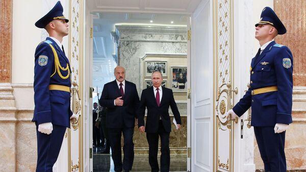 Prezydent Federacji Rosyjskiej Władimir Putin i prezydent Białorusi Aleksander Łukaszenko przed posiedzeniem Najwyższej Rady Państwowej Państwa Związkowego w Mińsku - Sputnik Polska
