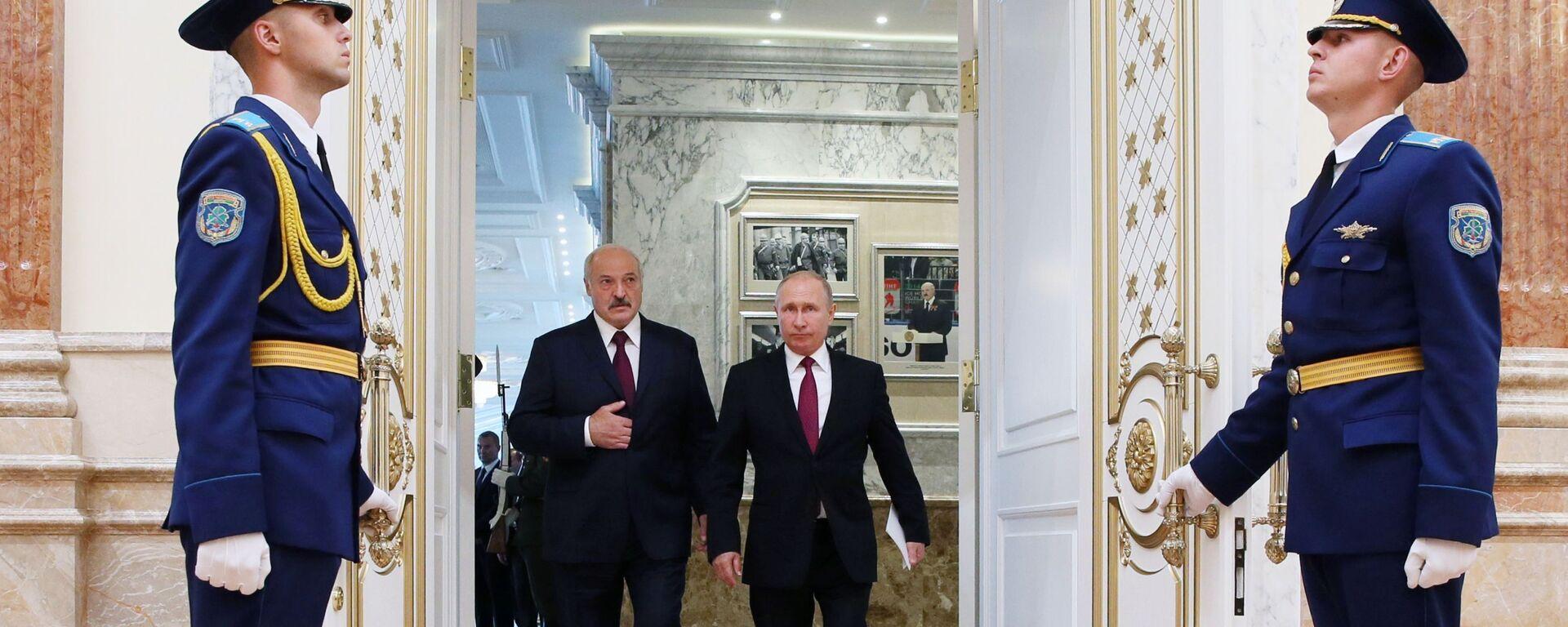 Prezydent Federacji Rosyjskiej Władimir Putin i prezydent Białorusi Aleksander Łukaszenko przed posiedzeniem Najwyższej Rady Państwowej Państwa Związkowego w Mińsku - Sputnik Polska, 1920, 12.07.2021
