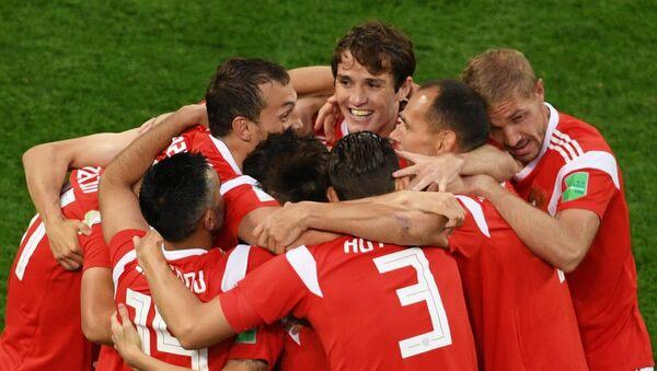 Zawodnicy reprezentacji Rosji cieszą się z gola zdobytego w meczu fazy grupowej Pucharu Świata pomiędzy reprezentacjami Rosji i Egiptu - Sputnik Polska