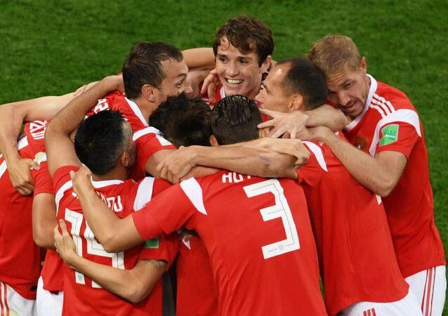 Zawodnicy reprezentacji Rosji cieszą się z gola zdobytego w meczu fazy grupowej Pucharu Świata pomiędzy reprezentacjami Rosji i Egiptu
