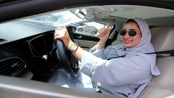 W nocy z soboty na niedzielę wszedł w życie dekret króla Salmana, który zezwala Saudyjkom na prowadzenie samochodów - Sputnik Polska