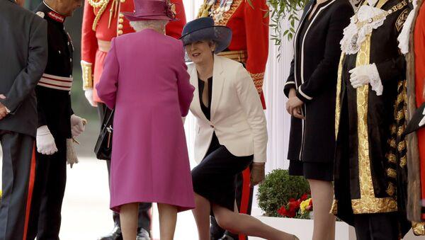 Internauci krytykują dziwną manierę dygania premier Wielkiej Brytanii Theresy May. - Sputnik Polska