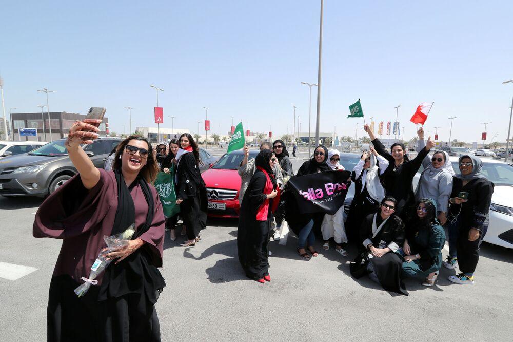 Kobiety robią sobie selfie na tle swoich samochodów