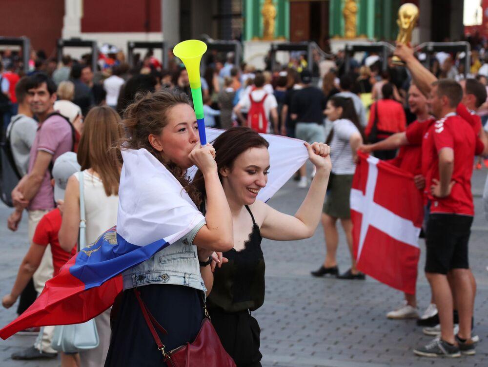 Kibicki rosyjskiej reprezentacji przed meczem Urugwaj-Rosja