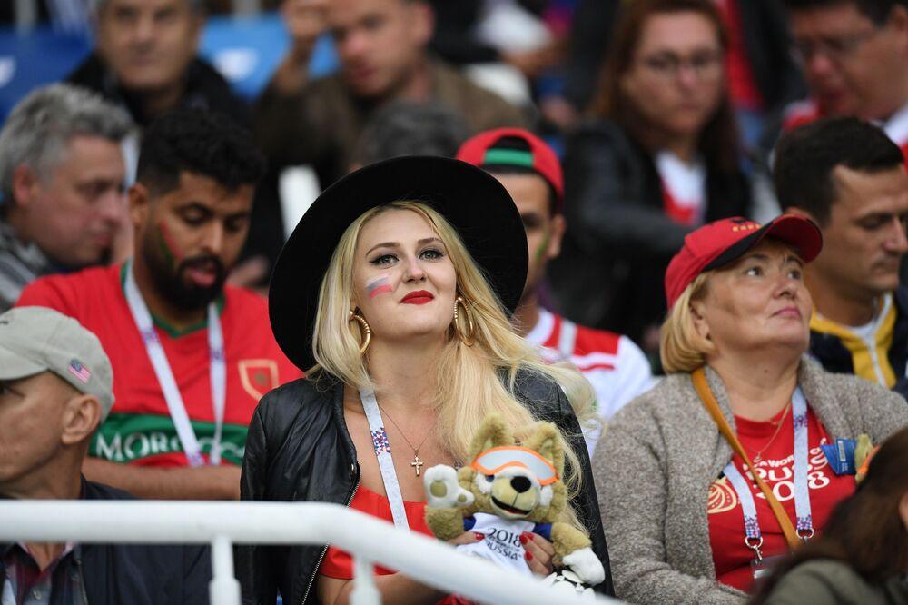 Kibicka rosyjskiej reprezentacji przed meczem Hiszpania-Maroko