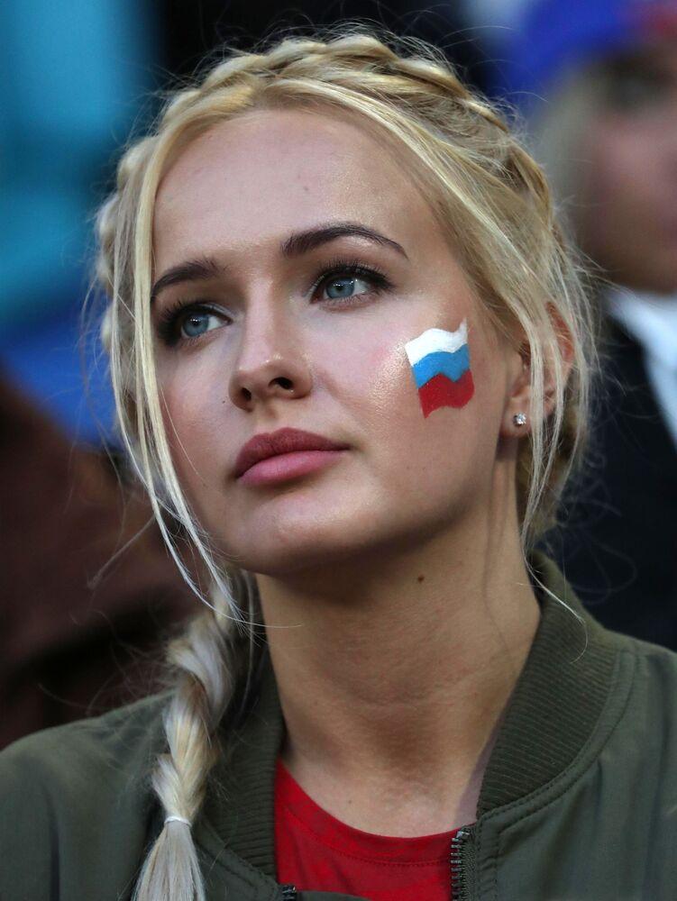 Dziewczyna na meczu Serbia - Szwajcaria