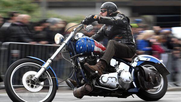 Motocyklista na motocyklu Harley-Davidson w Hamburgu, Niemcy - Sputnik Polska