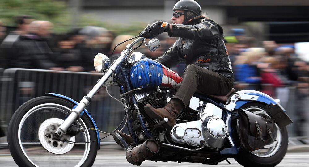 Motocyklista na motocyklu Harley-Davidson w Hamburgu, Niemcy