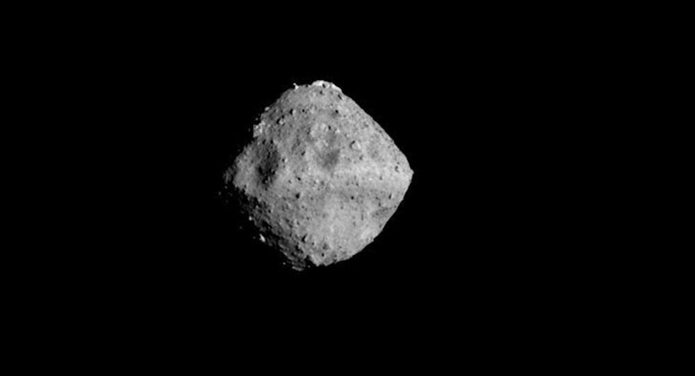 Asteroida Ryugu i góra na jej powierzchni