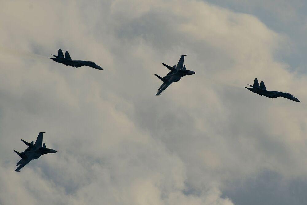 Samoloty Su-34 podczas pokazu lotniczego