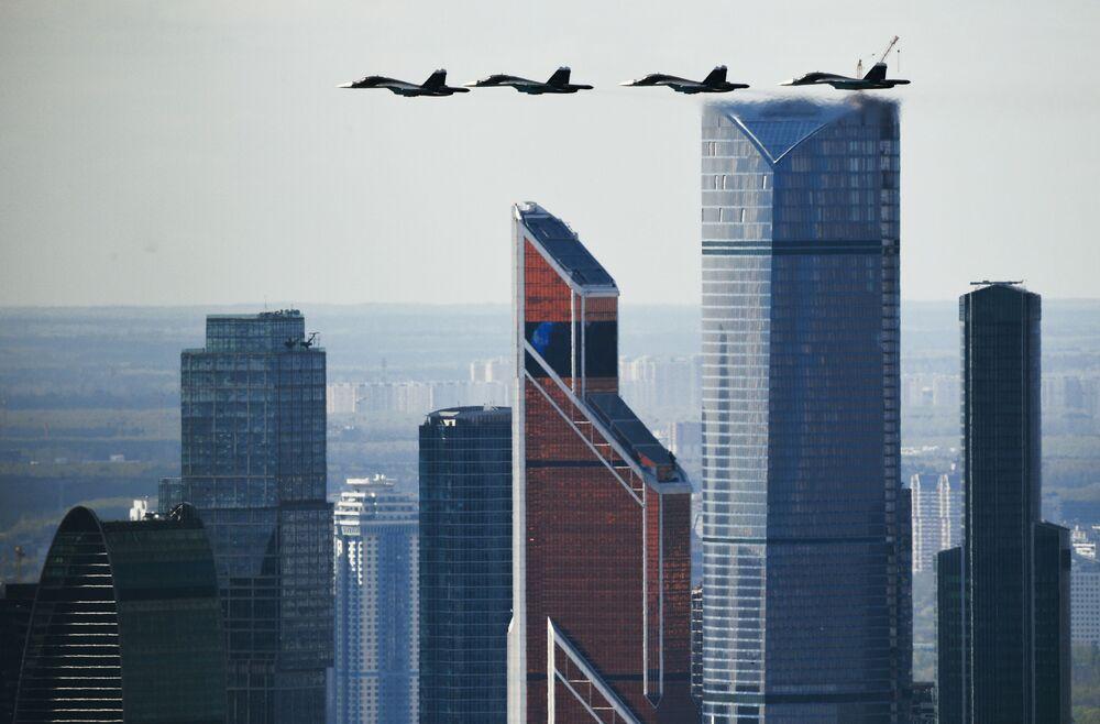 Samoloty Su-34 podczas próby przed Dniem Zwycięstwa w Moskwie