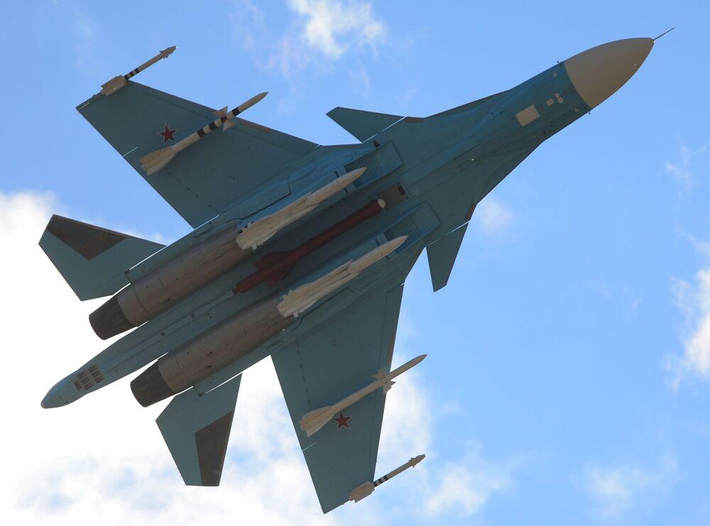 Samolot Su-34 podczas wystąpienia na Międzynarodowym Salonie Lotniczo-Kosmicznym MAKS 2015