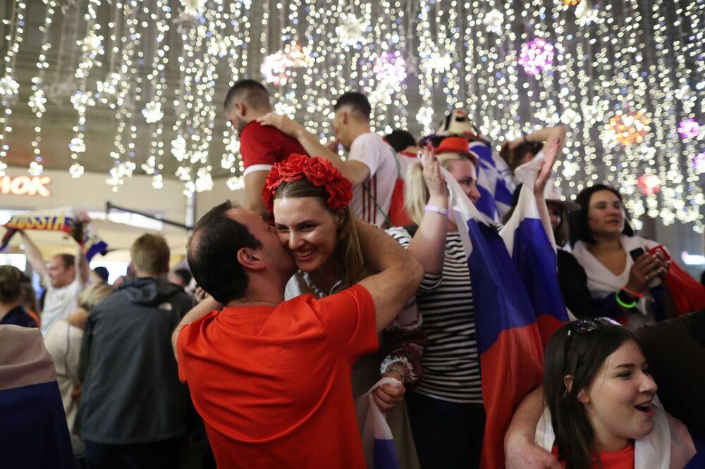 Kibice reprezentacji Rosji cieszą się z wygranego meczu z Egiptem