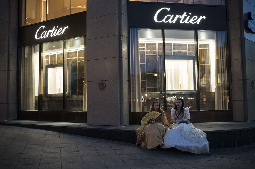 Dziewczyny pod sklepem Cartier w Moskwie